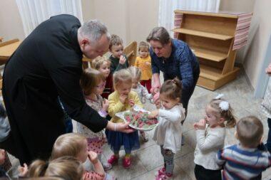 Дети поздравили о. Александра с именинами