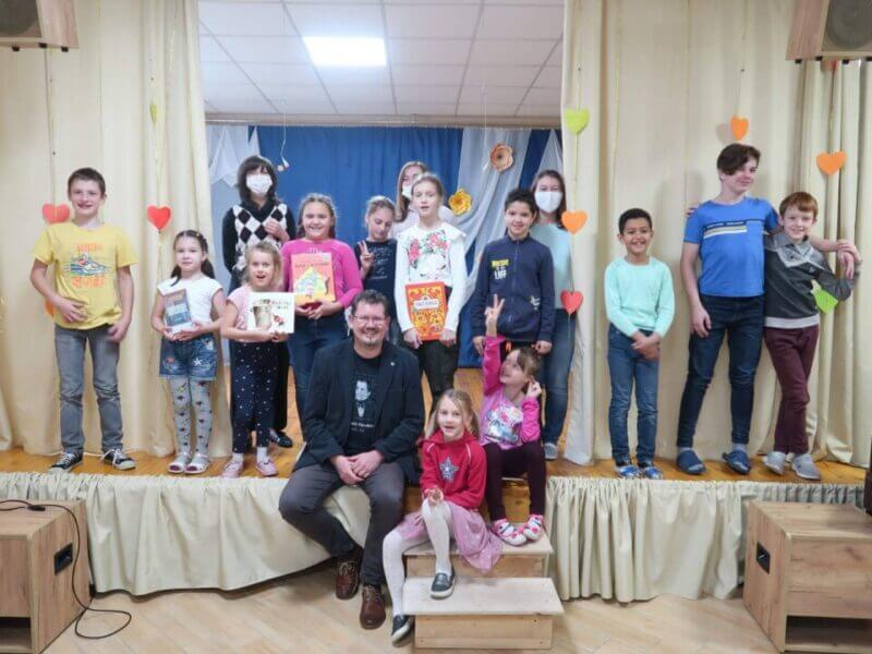 Андрей Ходанович представил свою книгу «Нататкі таткі» детям из Миссии